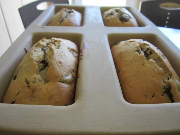 Joghurt Kastenkuchen mit Kirschen und Schokolade