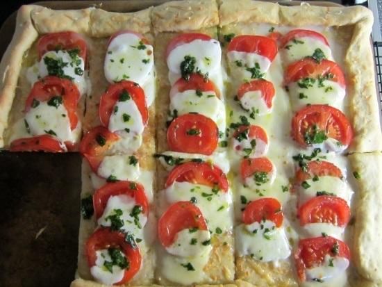 pizza mit tomaten und Mozzarella vom Zauberstein