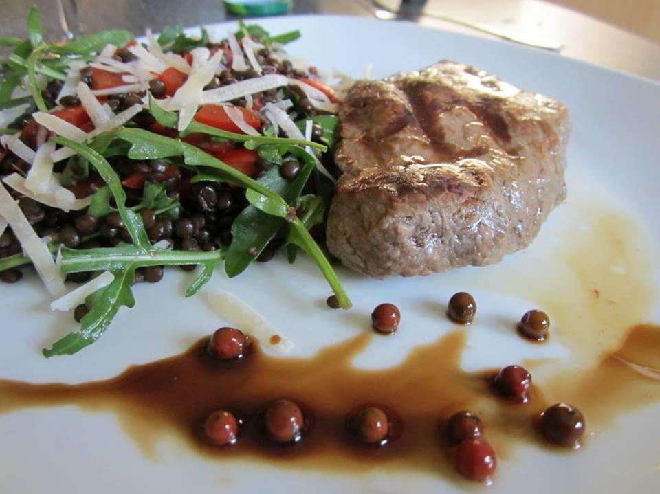 steak mit schwarzen belugalinsen